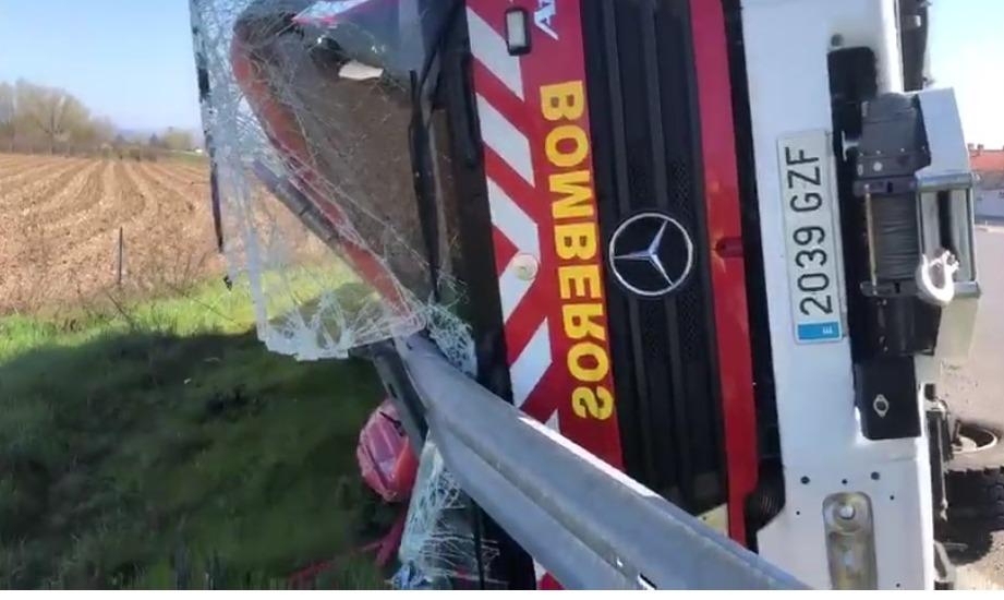 Herido un bombero en Moraleja al volcar su camión